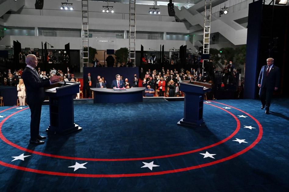 Donald Trump (j) megérkezik a vita színhelyére