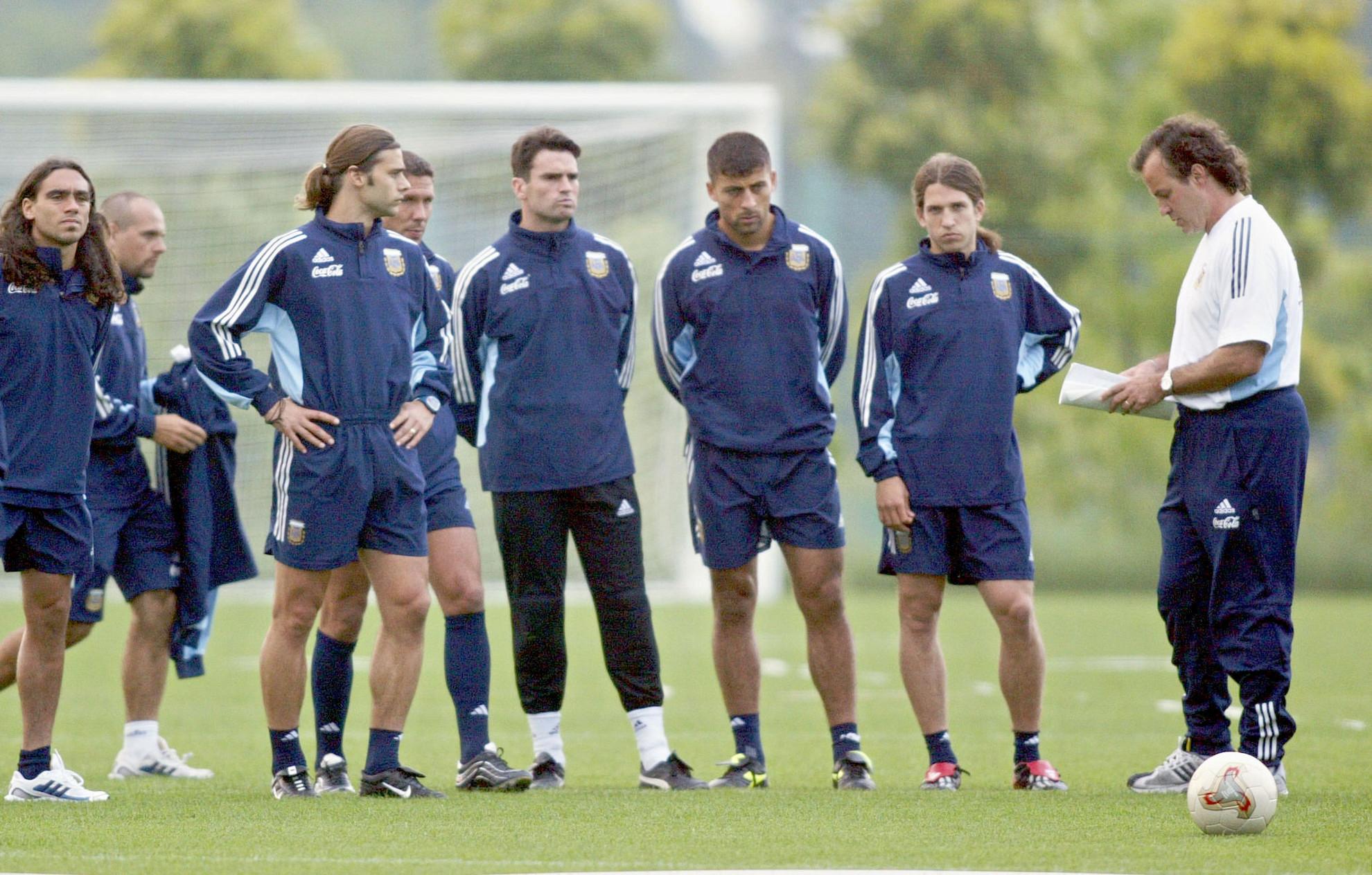 Bielsa edzést vezet az argentin válogatott tagjainak a 2002-es világbajnokságon
