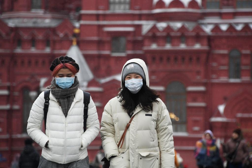 Maszkos járókelők a moszkvai Vörös téren. Az orosz fővárosban a csütörtöki adatokhoz képest ötven százalékkal nőtt az újonnan regisztrált fertőzöttek száma