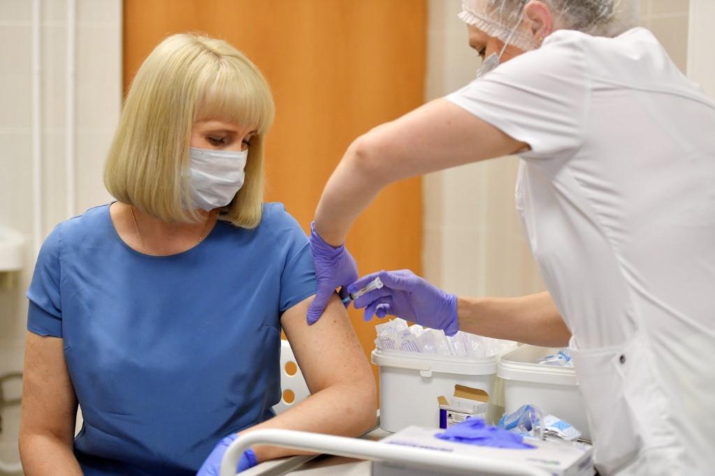 Önkéntest oltanak be az orosz koronavírus vakcinával a klinikai vizsgálatok harmadik szakaszában