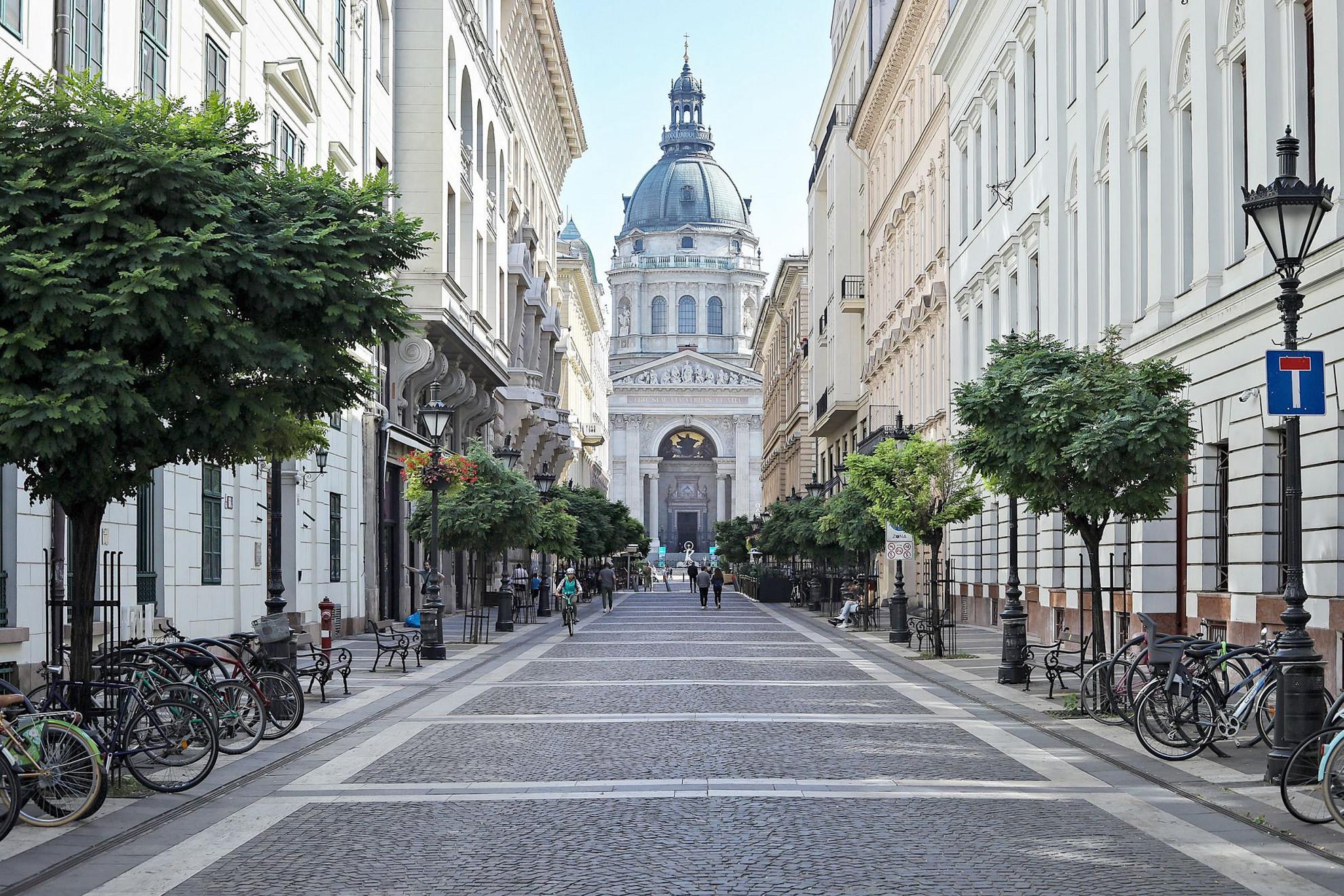 Turistamágnes helyszínek üresen és bezárt éttermek Budapesten
