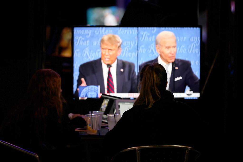 Amerikaiak nézik a vitát a televízió képernyőjén