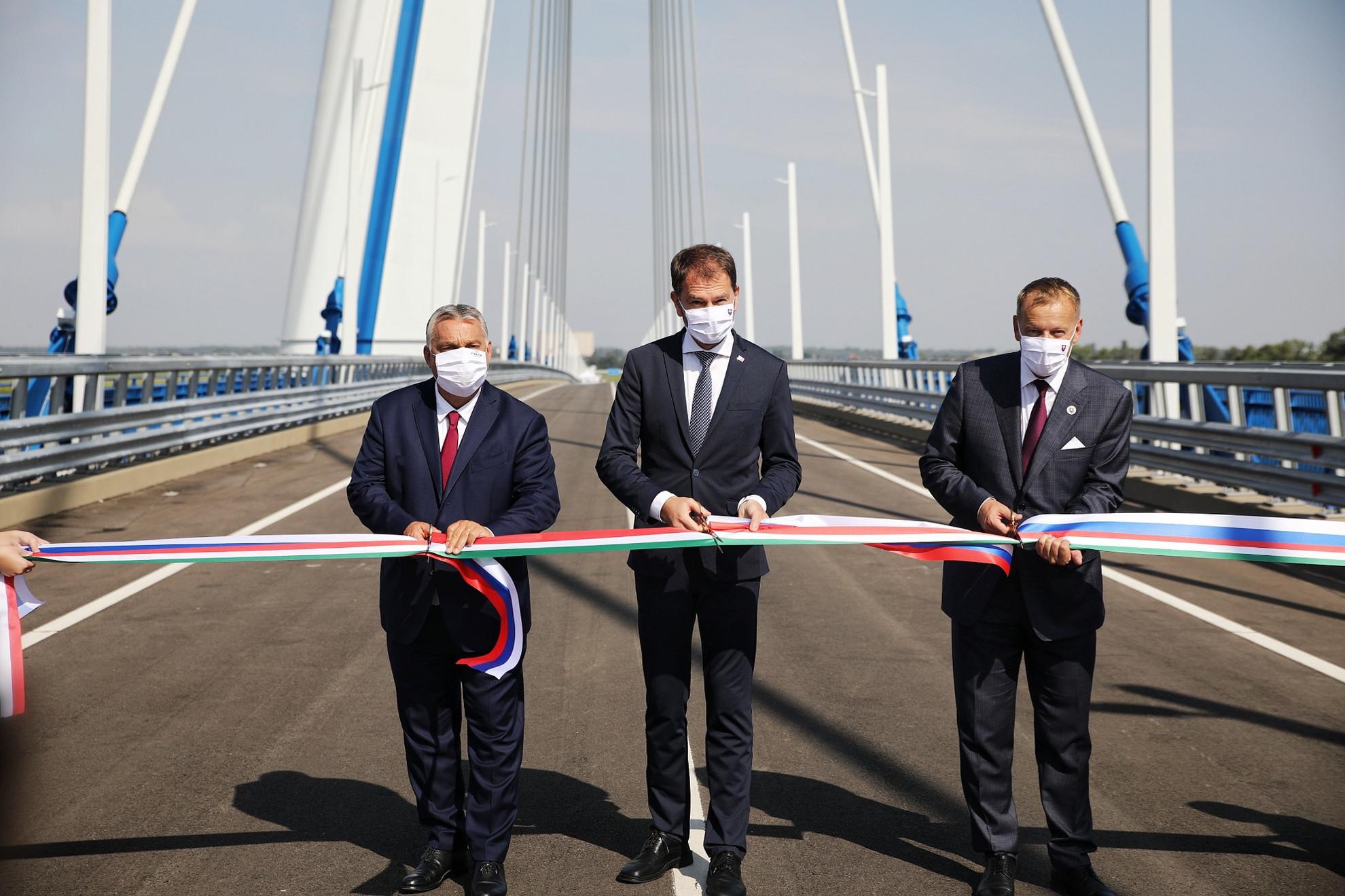 A kormányfő Igor Matovic szlovák miniszterelnök társaságában mondott beszédet az átadási ünnepségen