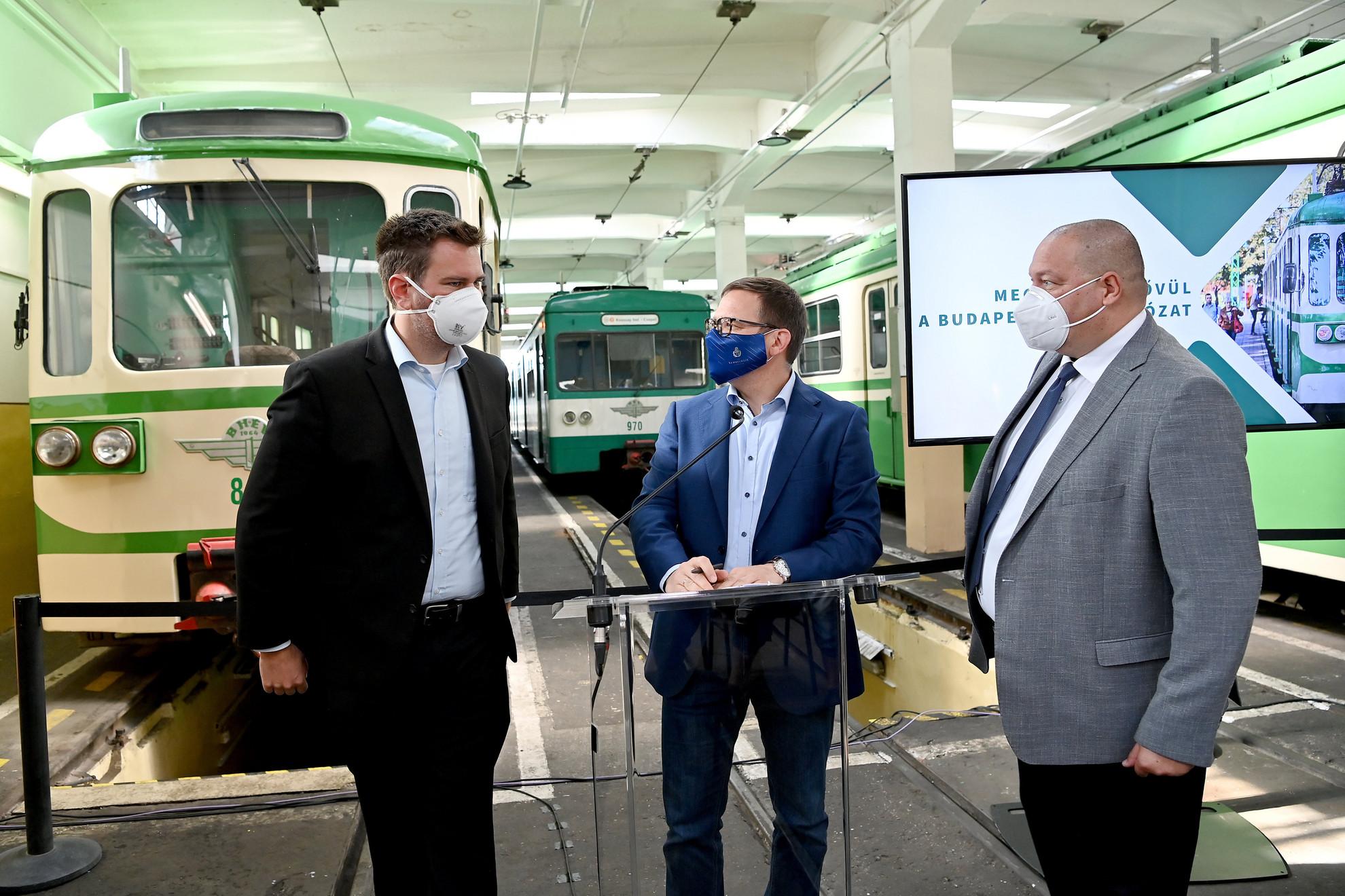 Vitézy Dávid, a BFK Budapest Fejlesztési Központ vezérigazgatója, Fürjes Balázs és Németh Szilárd, a térség fideszes országgyűlési képviselője, a Honvédelmi Minisztérium parlamenti államtitkára (b-j) a csepeli HÉV-kocsiszínben