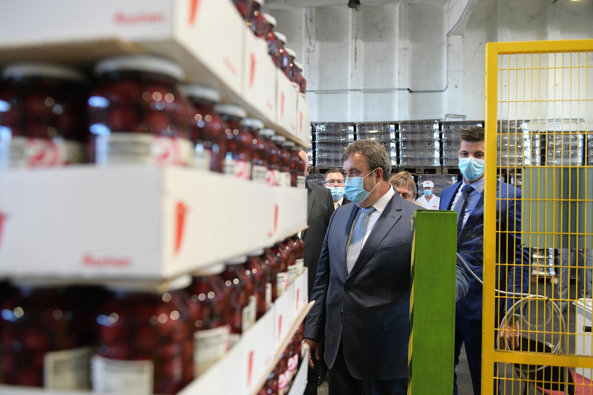 Palkovics László innovációs és technológiai miniszter jelképesen elindítja az új csomagolósort a gyümölcs- és zöldségkonzerv gyártással foglalkozó Jonaco Kft. technológiai fejlesztésének átadásán Fehérgyarmaton 2020. szeptember 8-án