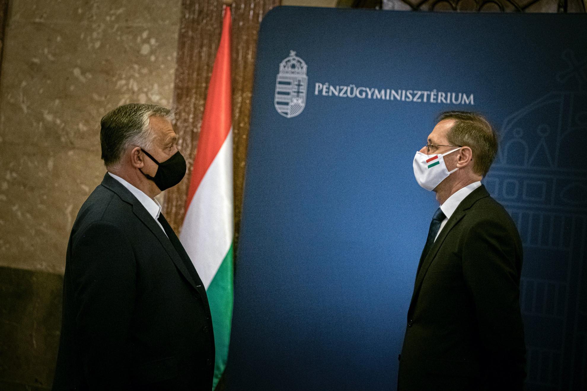 Orbán Viktor miniszterelnök (b) a Gazdaságvédelmi Operatív Törzs ülésén Budapesten 2020. szeptember 19-én. A kormányfő mellett Varga Mihály pénzügyminiszter
