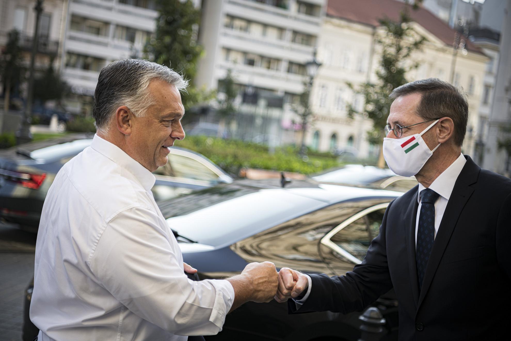 Orbán Viktor miniszterelnököt (b) fogadja Varga Mihály pénzügyminiszter a Gazdaságvédelmi Operatív Törzs ülése előtt Budapesten 2020. szeptember 19-én