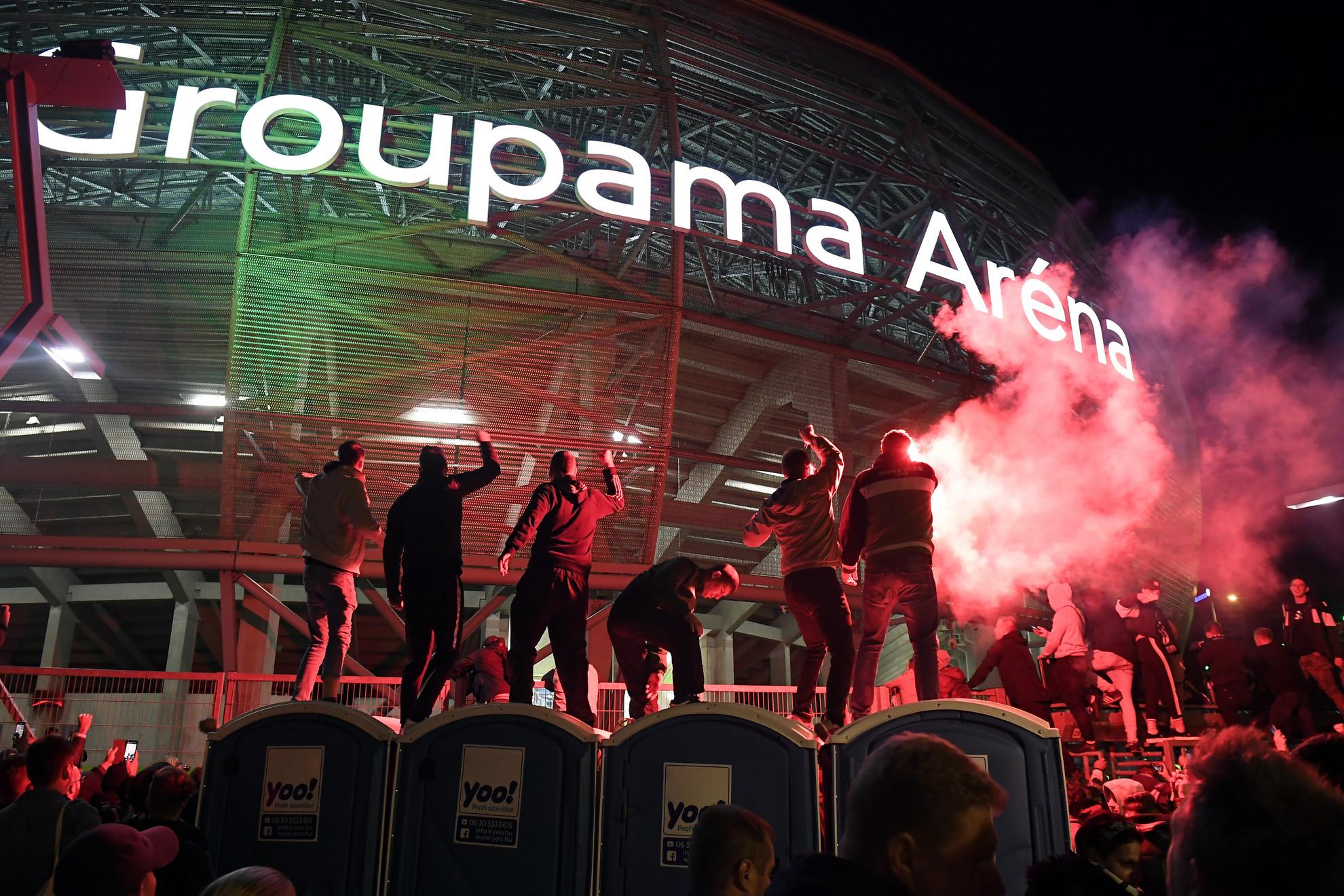 Ferencvárosi szurkolók ünneplik csapatukat a labdarúgó Bajnokok Ligája-selejtezőjének negyedik fordulójában játszott Ferencváros-Molde zárt kapus mérkőzés után a budapesti Groupama Aréna előtt 2020. szeptember 29-én
