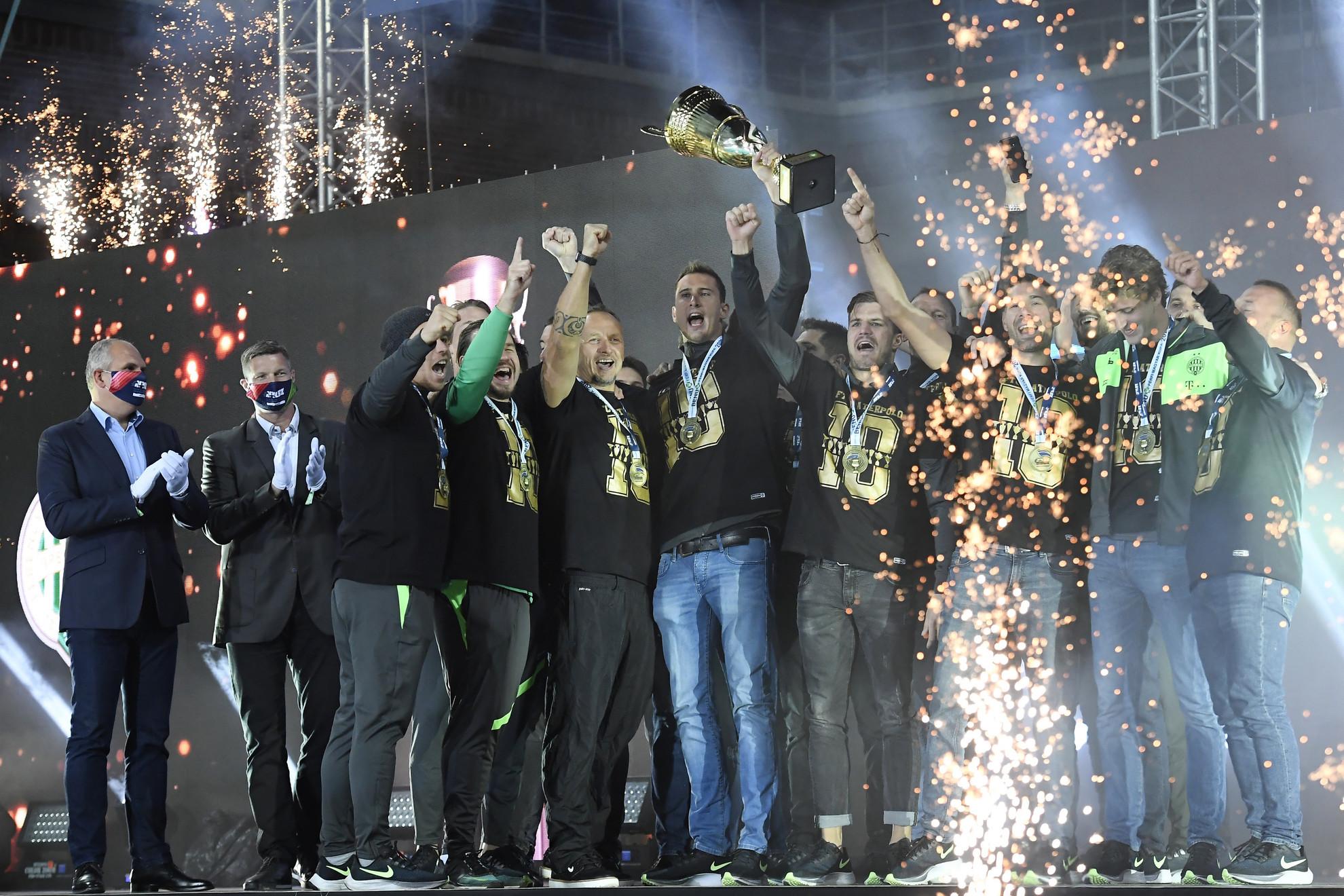 A győztes FTC csapata a kupával a BENU Férfi Magyar Kupa döntőjében játszott Szolnoki Dózsa - FTC-Telekom Waterpolo mérkőzés után a margitszigeti Hajós Alfréd Nemzeti Sportuszodában
