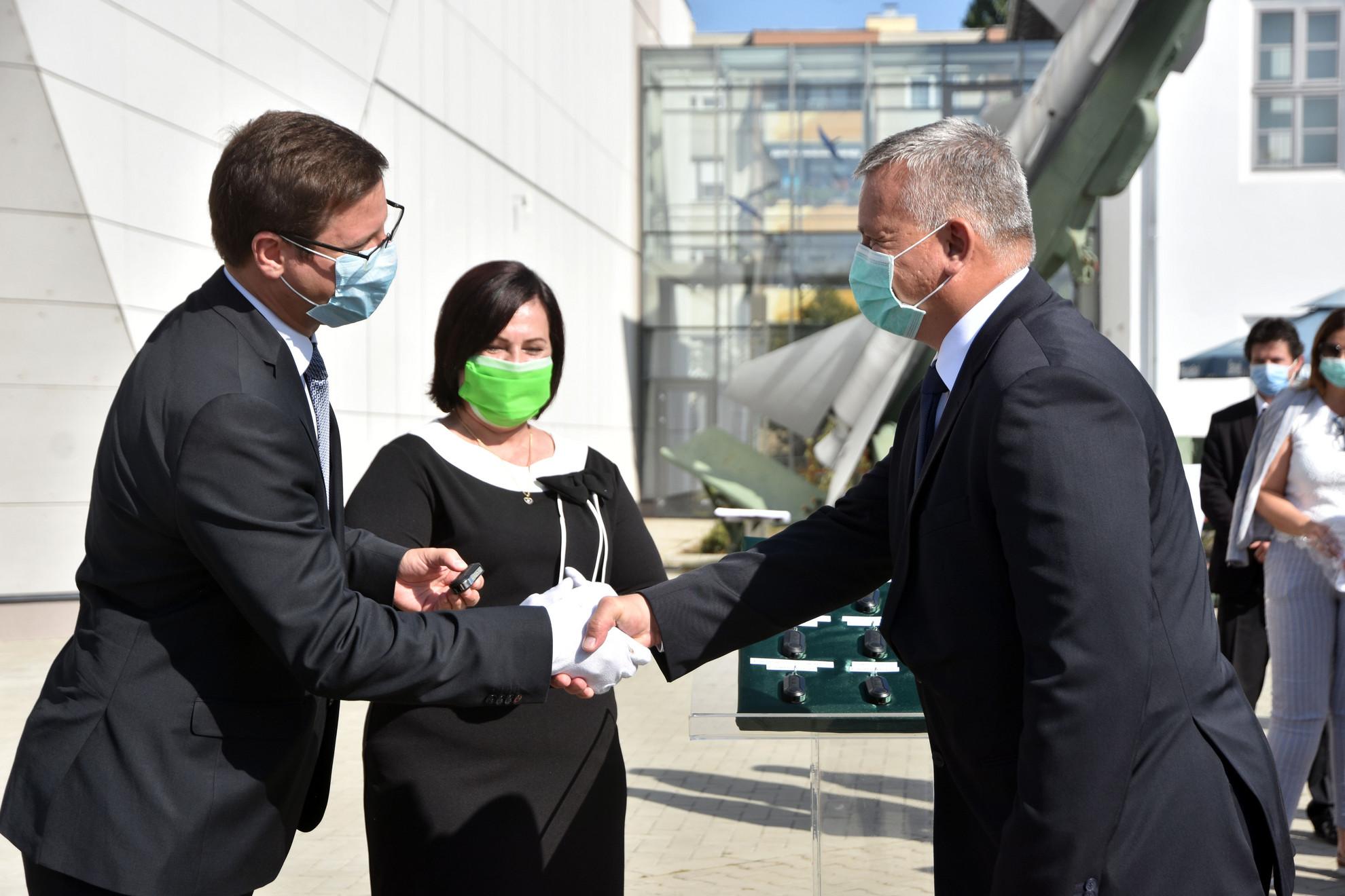 Gulyás Gergely, a Miniszterelnökséget vezető miniszter (b) átadja az egyik új kormányablakbusz kulcsát Berkó Attila, Jász-Nagykun-Szolnok Megyei kormánymegbízottnak