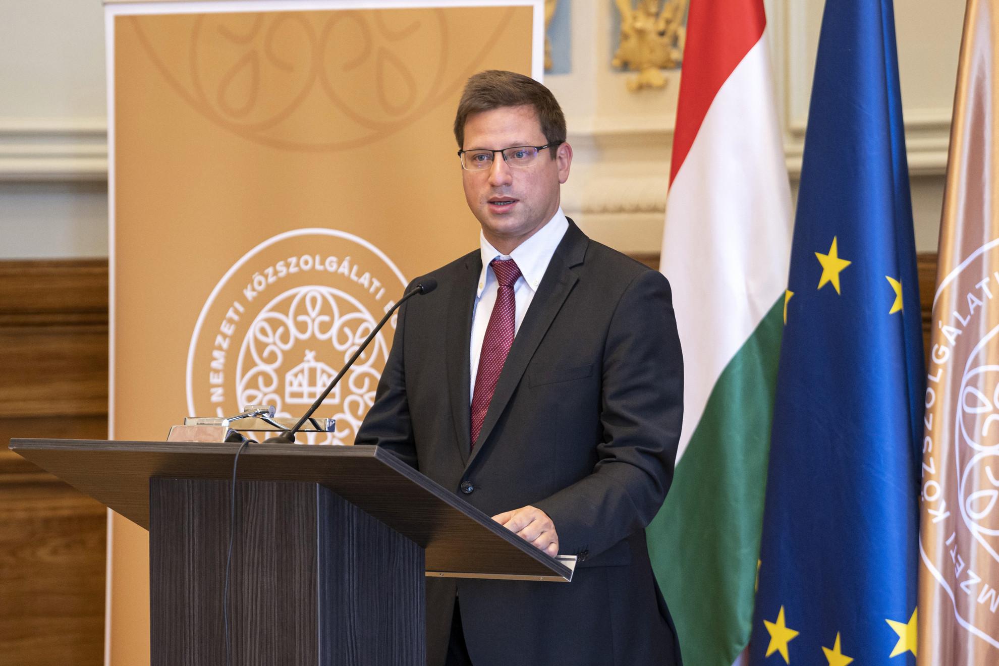 Gulyás Gergely Miniszterelnökséget vezető miniszter beszédet mond a Nemzeti Közszolgálati Egyetem és az Igazságügyi Minisztérium közös, Nemzetek Európája elnevezésű karrierprogramjának nyitóünnepségén a Nemzeti Közszolgálati Egyetem Széchenyi dísztermében