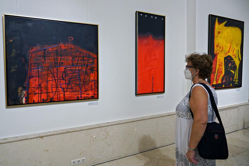 Művei a szimbólumok, a metaforák és az allegóriák világába emelkednek, és e szférákba kalauzolják műveinek szemlélőit is