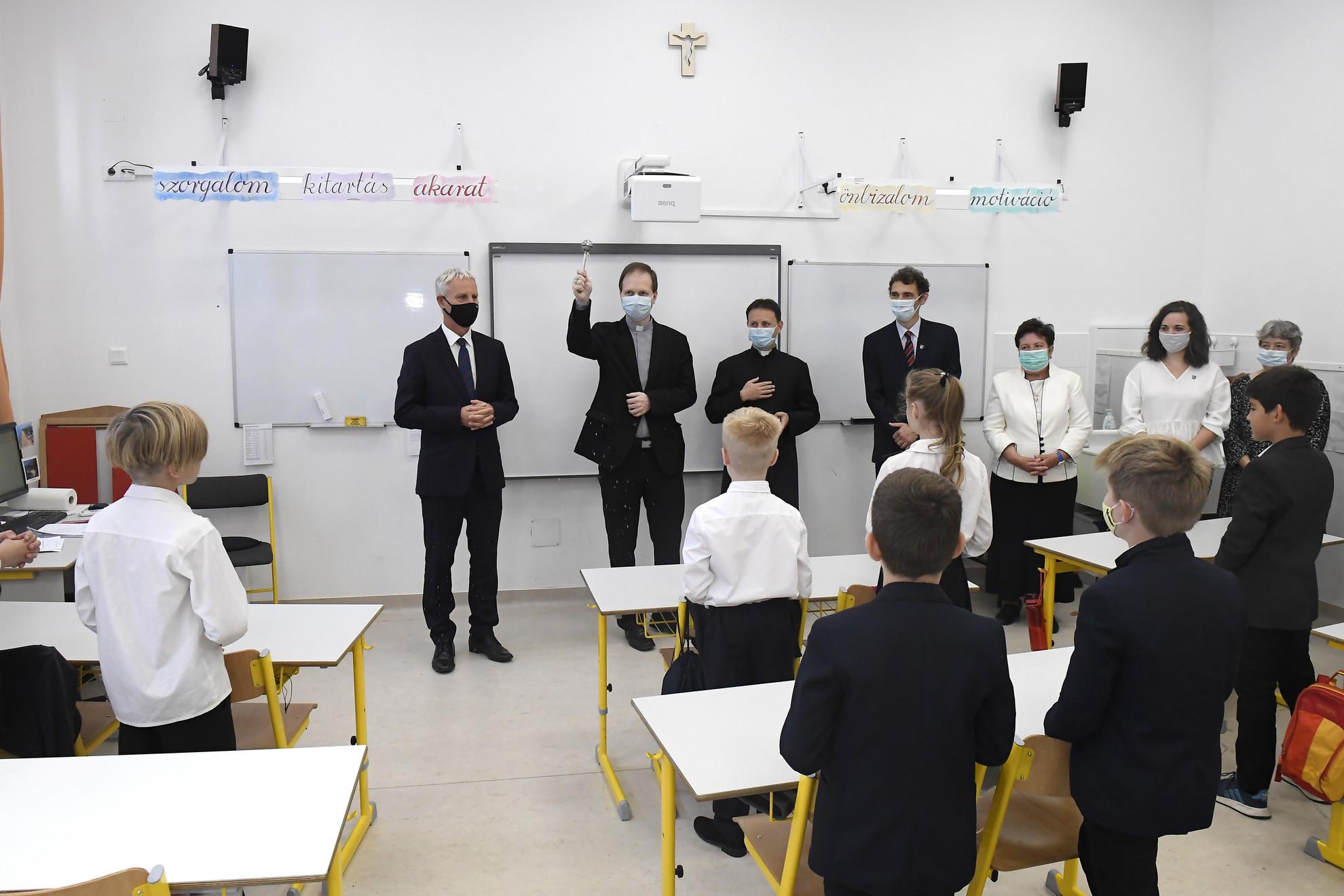 Az iskola épületét Mohos Gábor esztergom-budapesti segédpüspök áldotta meg