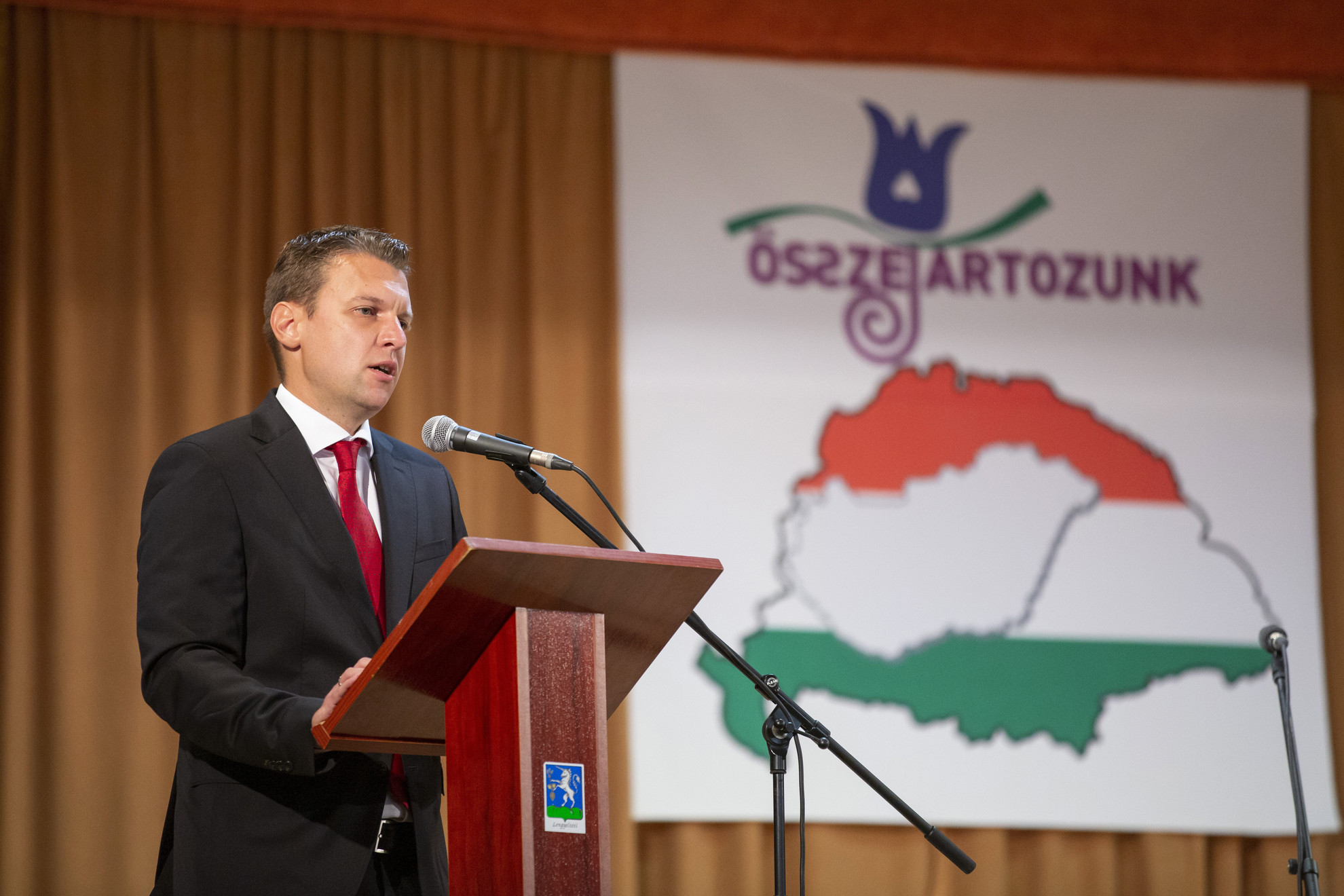 Menczer Tamás beszédet mond a nemzeti összetartozás éve alkalmából tartott rendezvényen a Somogy megyei Lengyeltótiban