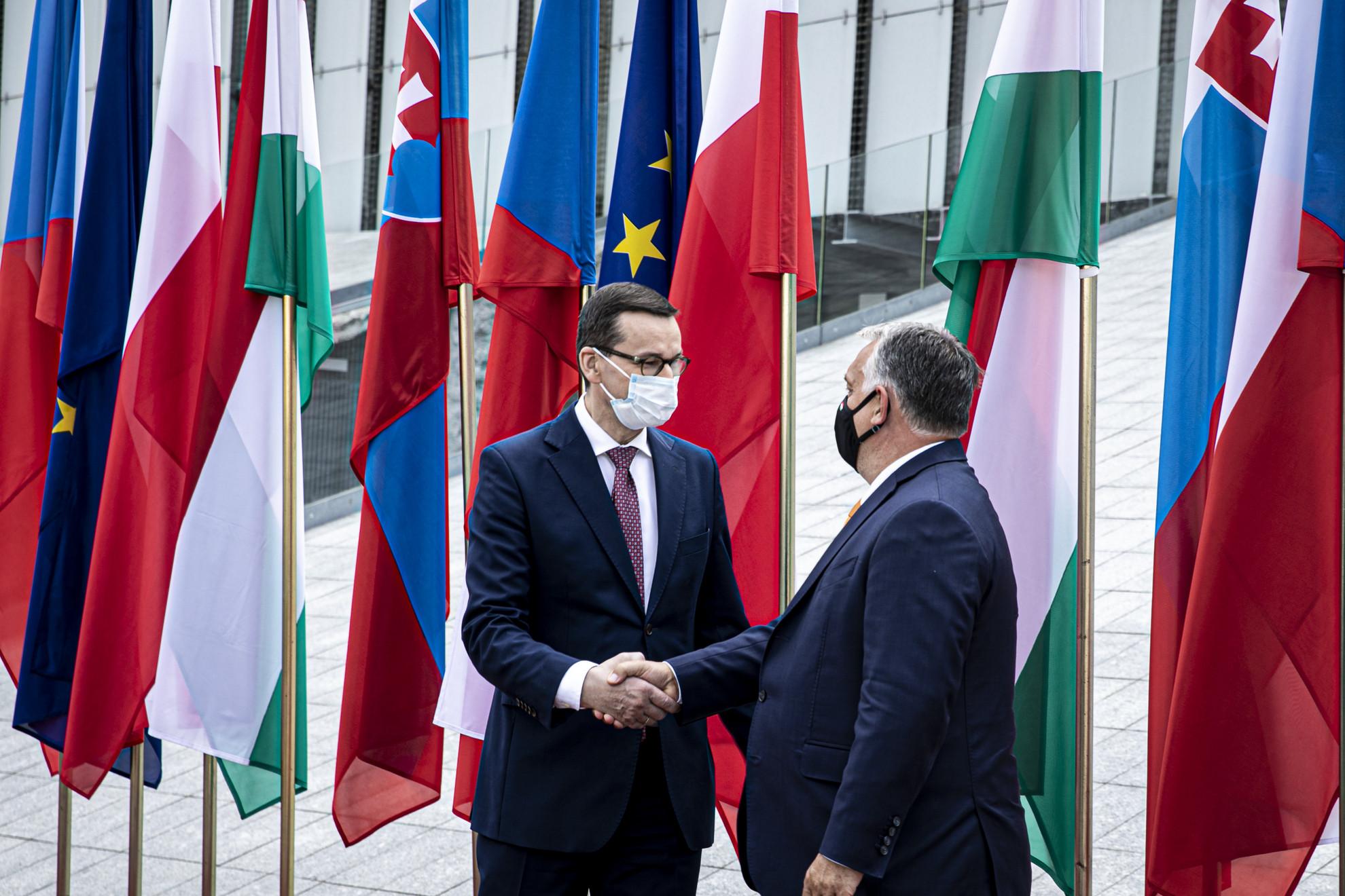 Orbán Viktor magyar (j) és Mateusz Morawiecki lengyel kormányfő a visegrádi országok miniszterelnökeinek egyeztetésén