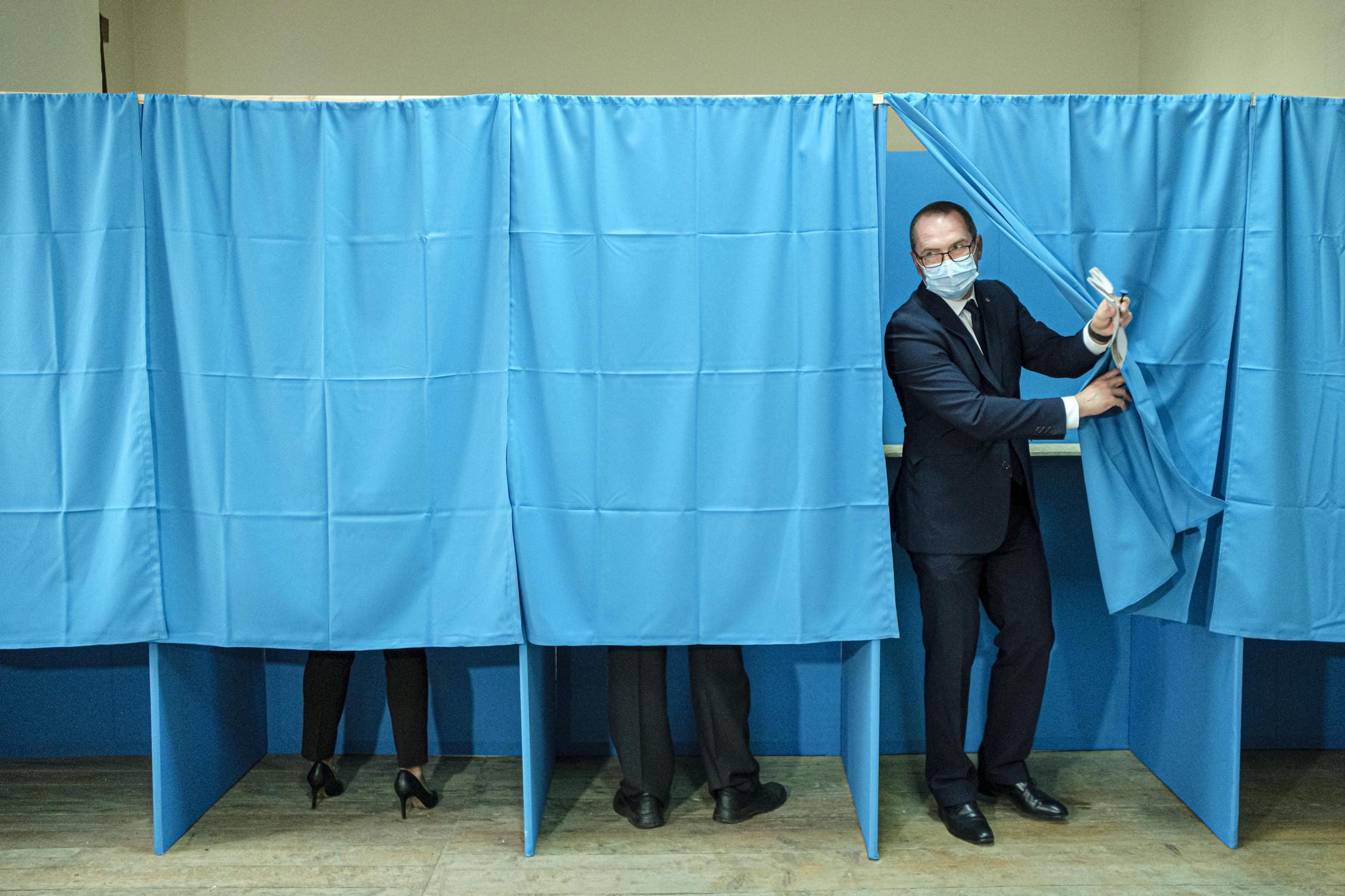 Korodi Attila, az RMDSZ csíkszeredai polgármesterjelöltje, mielőtt leadja szavazatát Csíkszereda 21-es szavazókörzetében
