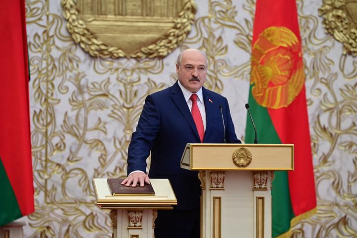 Lukasenka letette a hivatali esküt