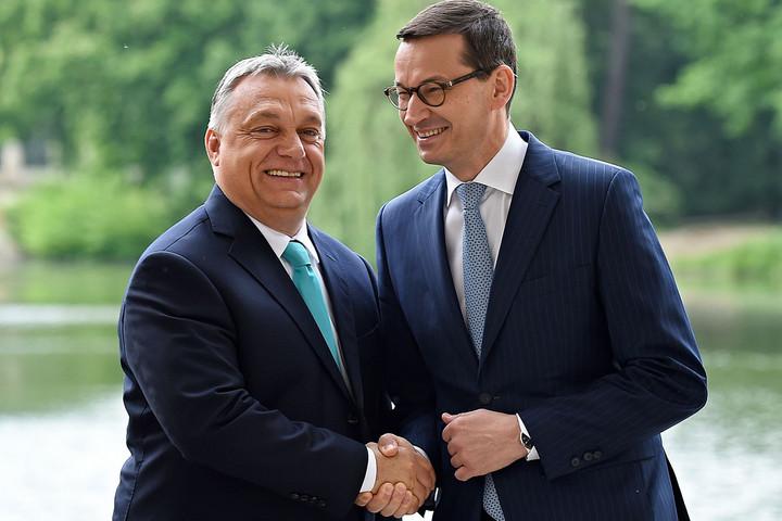 Orbán Viktor: A liberálisok ismét a lengyeleket támadják, Lengyelországban szétszakadt a kormánykoalíció