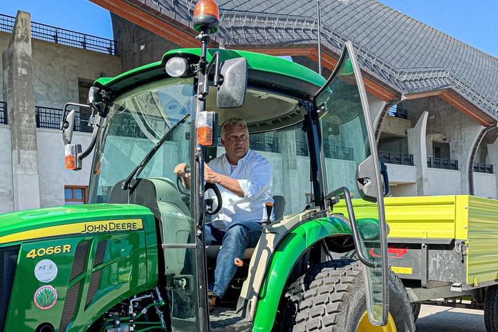 Traktorra pattant Orbán Viktor