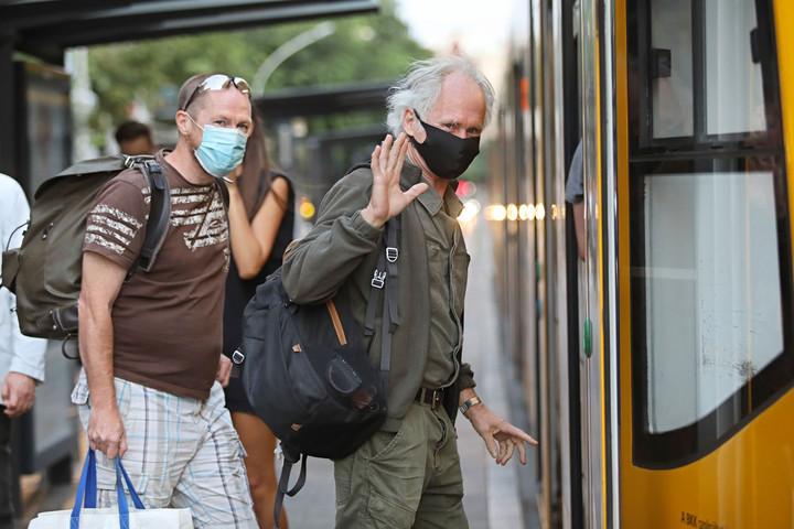Mától leszállítja a maszk nélkül utazókat a MÁV és a Volán