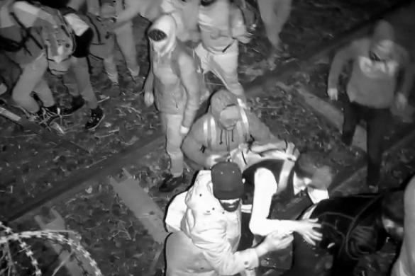 Kövekkel dobálták meg a rendőröket a migránsok Röszkénél