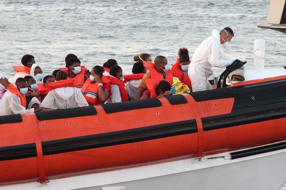 Körülbelül száz migráns érkezett Lampedusa szigetére