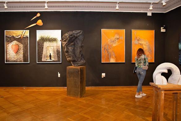 Művészi iróniával átitatott szocialista klisék Rómában
