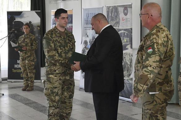 Aláírta szerződését a tízezredik önkéntes tartalékos katona