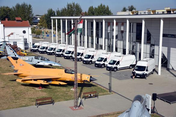Tíz új kormányablakbuszt adtak át kedden Szolnokon