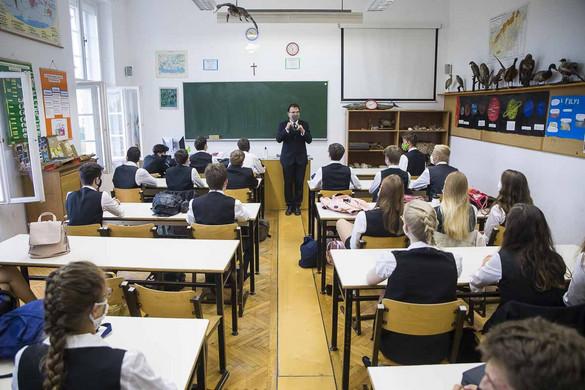 EMMI: Másfélmillió iskolás és óvodás számára kezdődött el a tanév