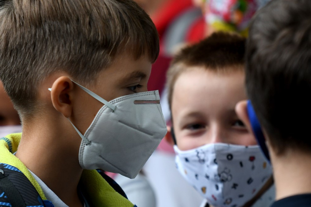Maszkot viselő horvát diákok