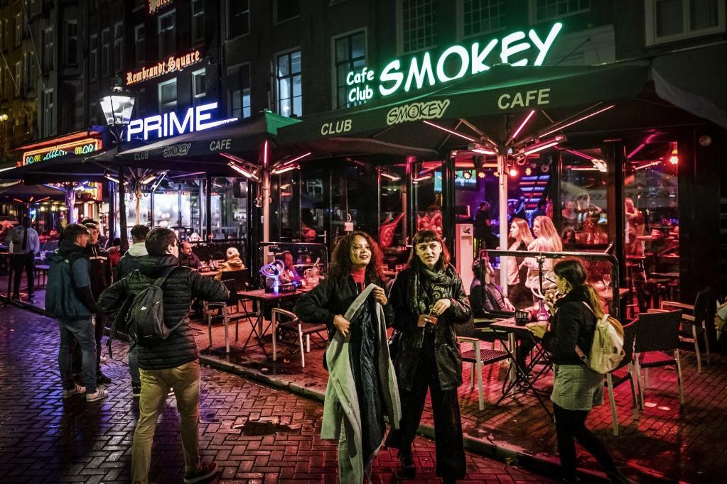 Szerda estétől egy hónapra bezárnak a kocsmák, bárok és a coffee shopok is Hollandiában