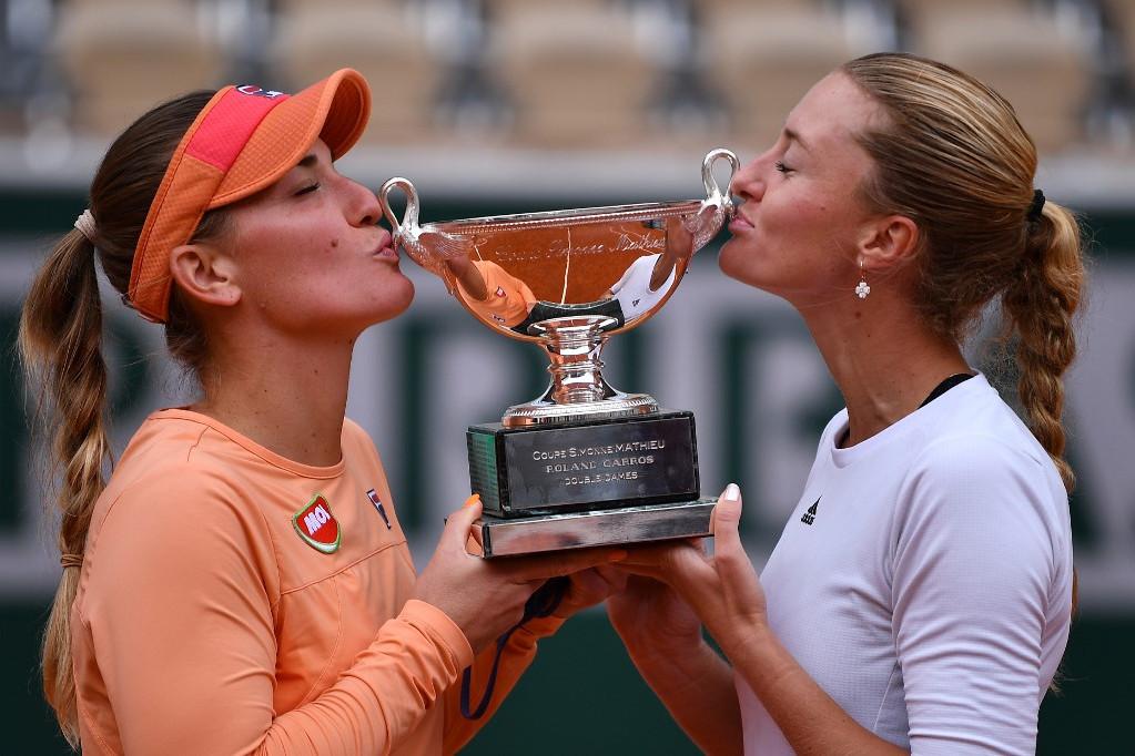 Babos Tímea (b) és Kristina Mladenovic csókolja a trófeát