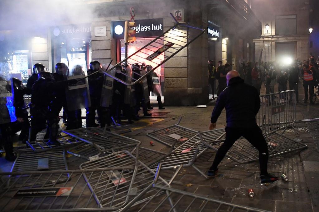 Több spanyol városban is erőszakba torkolló tiltakozások voltak