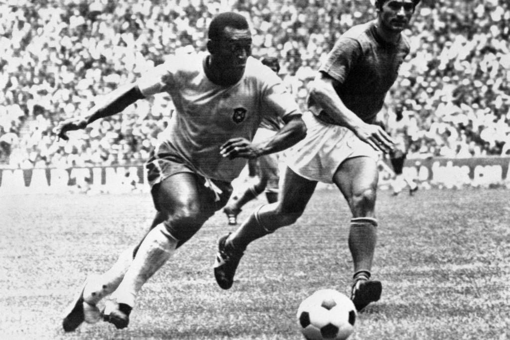 Pelé robog, az olasz Burgnich a háttérből szemmel veri az 1970-es világbajnoki fináléban