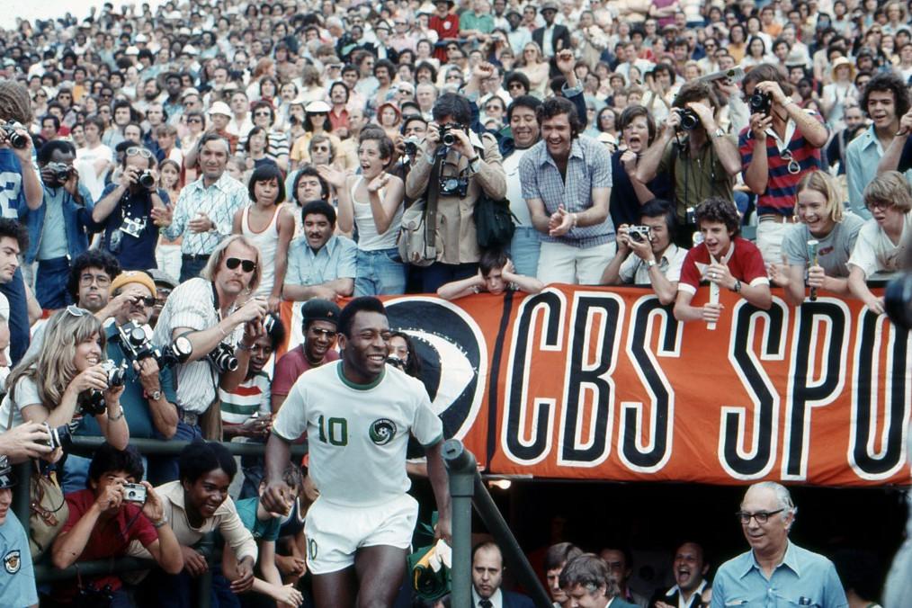 Tömegek tódultak a stadionokba, hogy láthassák játszani Pelét a Cosmos mezében