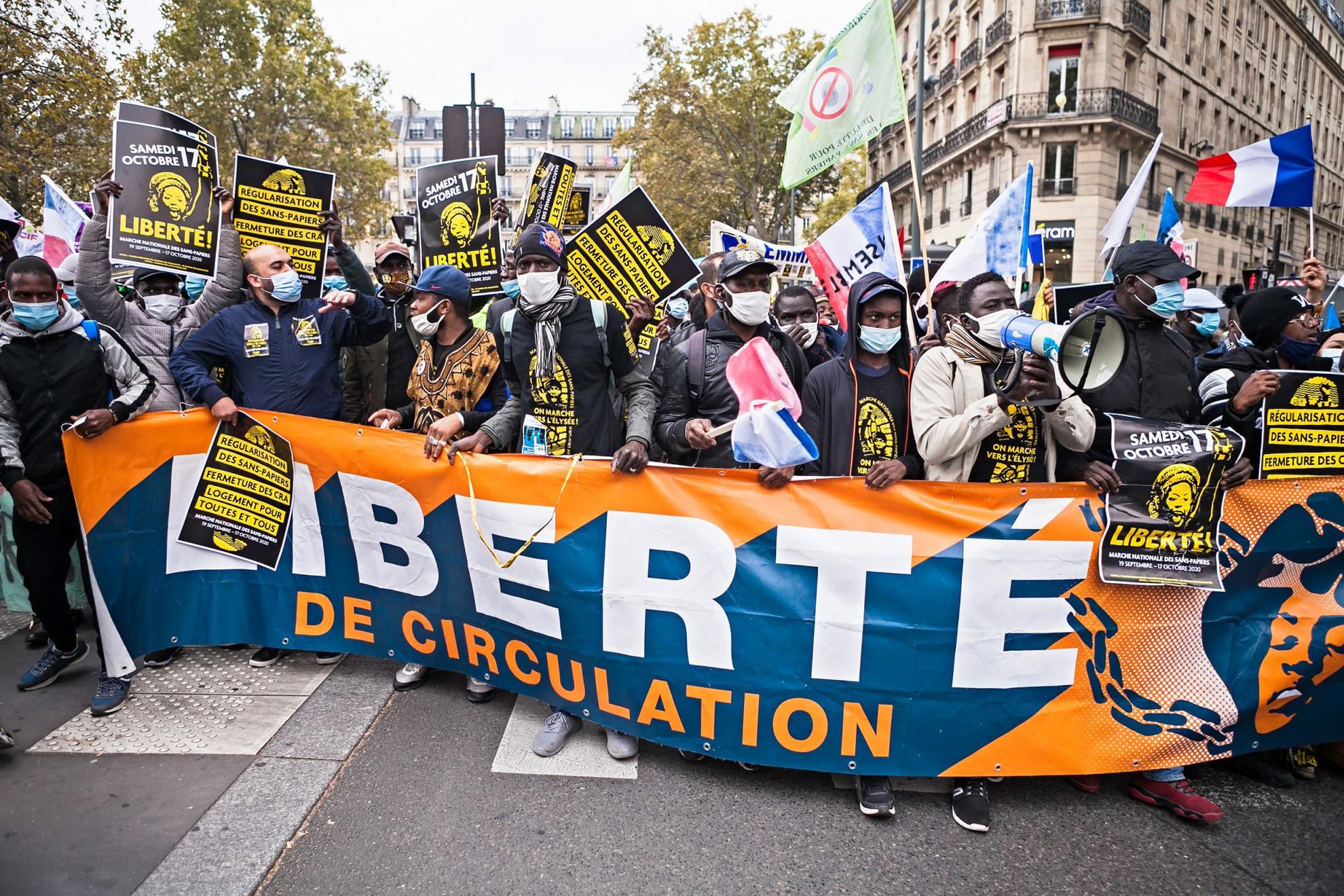 """Több ezren vonultak fel Párizsban szombaton a papírokkal nem rendelkező (""""sans papiers"""") bevándorlók és az őket támogató aktivisták. A demonstrálók a bevándorlók jogi státuszának rendezését, lakhatásuk biztosítását követelték. Eredetileg az elnöki palotához akartak vonulni, ezt azonban a rendőrség nem engedélyezte. A Le Figaro napilap cikke szerint Franciaországban az illegális bevándorlók száma háromszázezer és hatszázezer közé tehető. A tüntetők közül sokan feketén dolgoznak, mint mondták, a járvány miatti lezárások alatt sem hagyták abba a munkát. (ŐM)"""