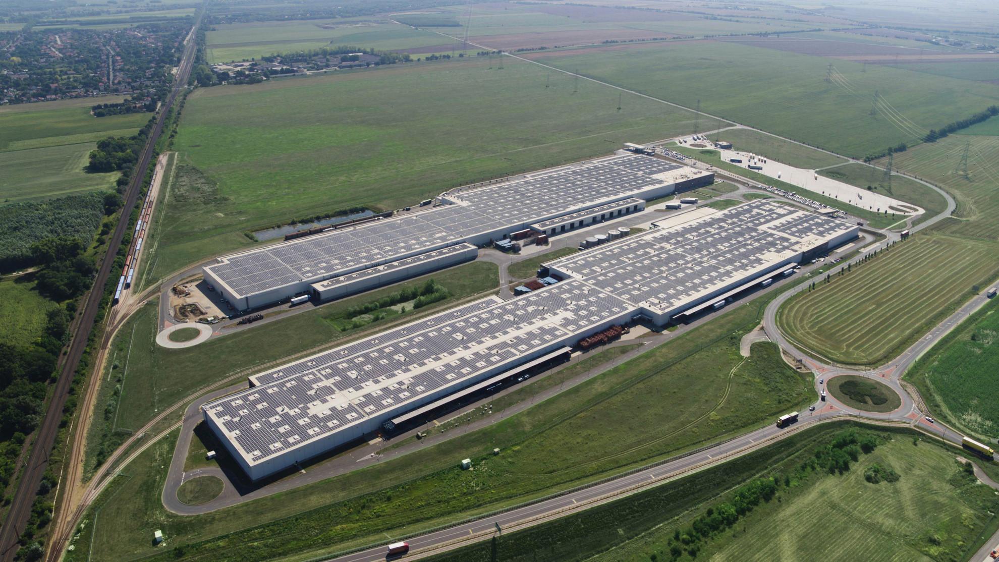 A 160 ezer négyzetméter területű napelempark 36 ezer napelemből áll