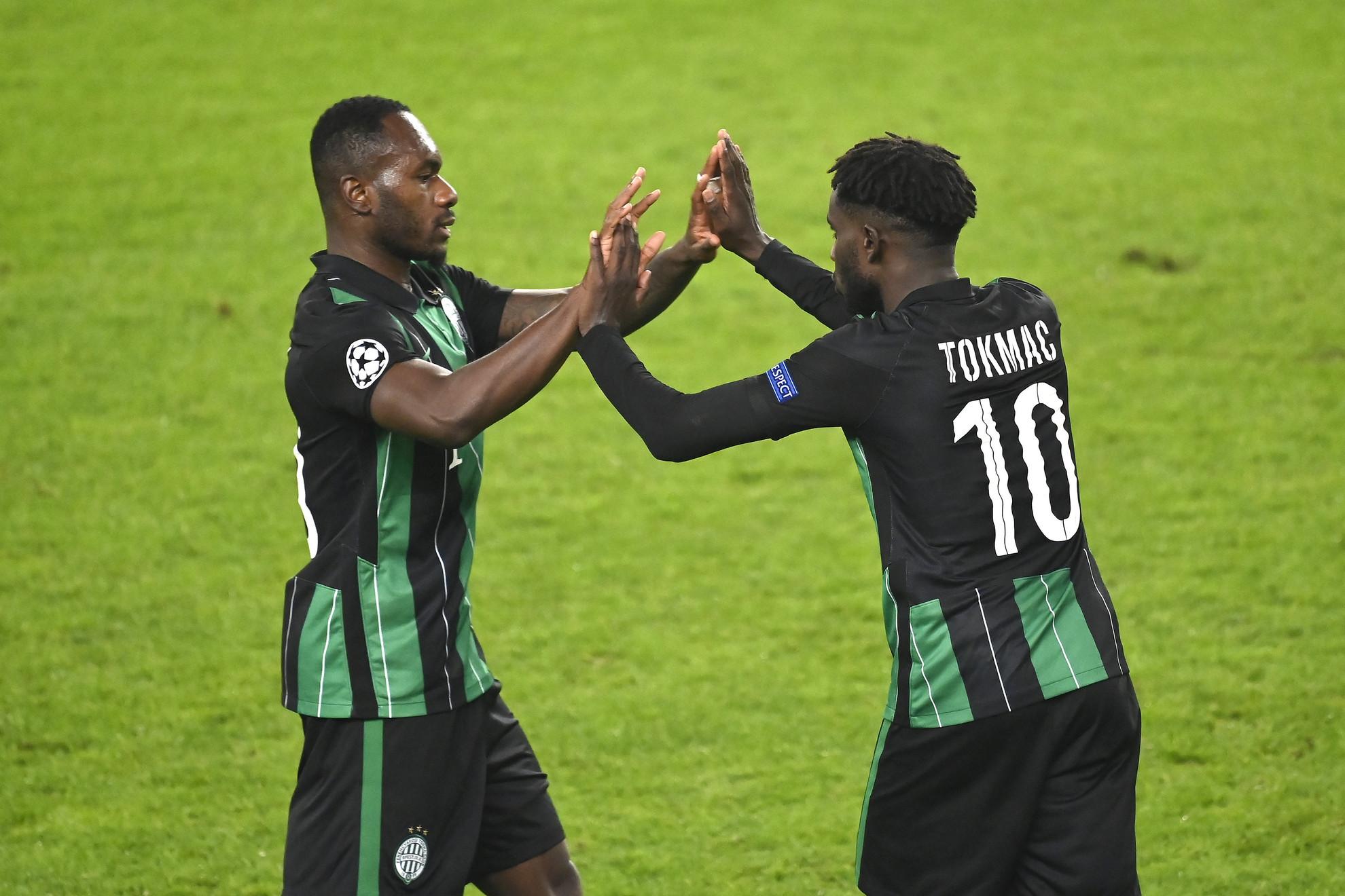 A Ferencváros két gólszerzője: Franck Boli (balra) és Tokmac Nguen pacsizik