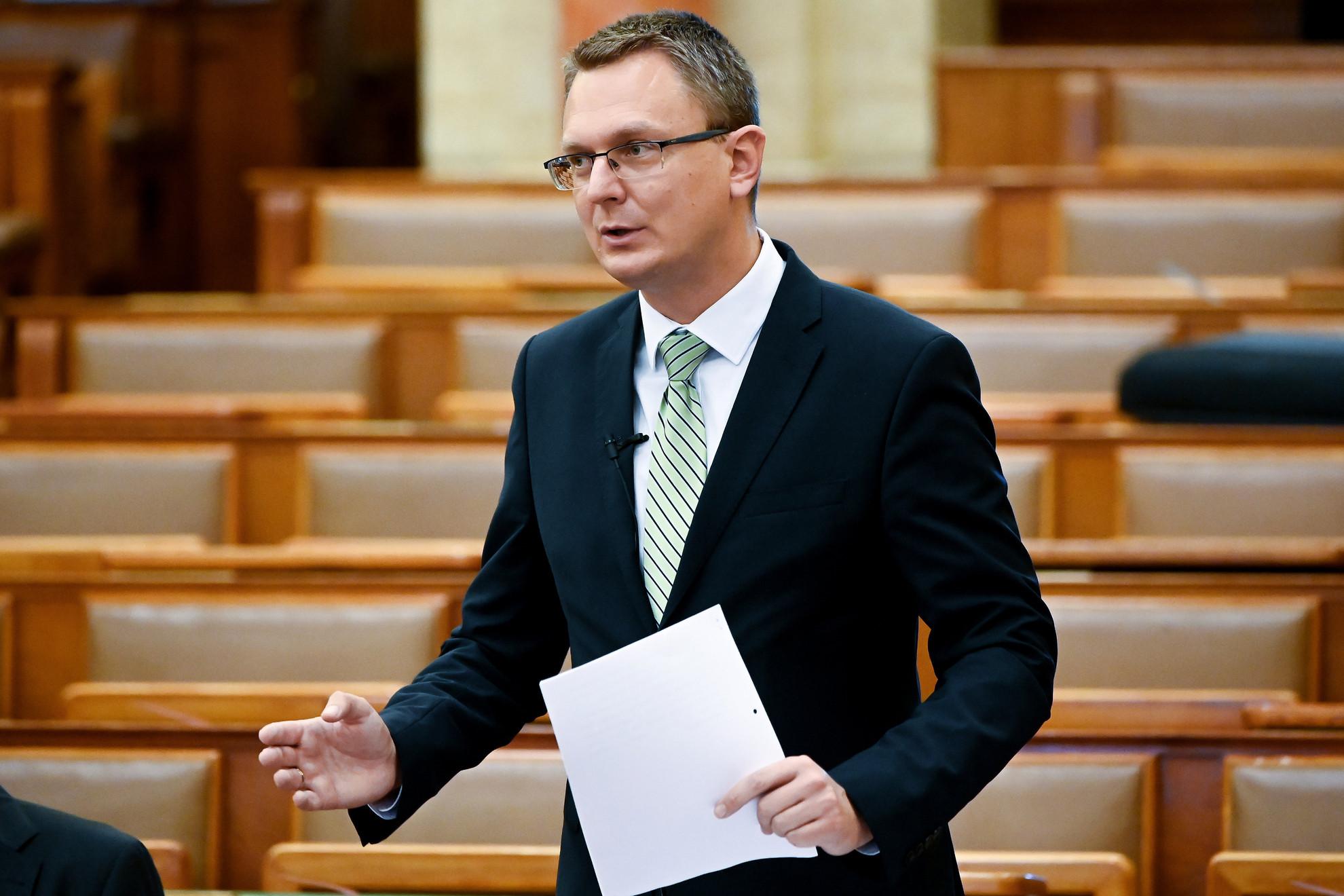 Rétvári Bence, az Emberi Erőforrások Minisztériumának parlamenti államtitkára napirend előtt szólal fel az Országgyűlés plenáris ülésén