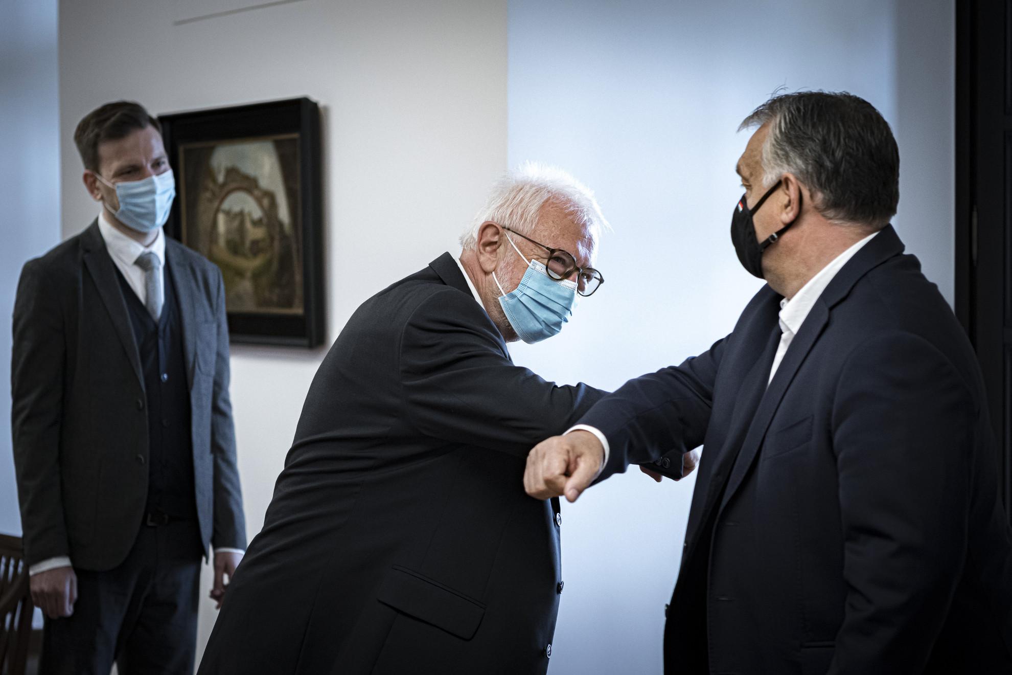 Orbán Viktor kormányfő (j) fogadja Kincses Gyulát, a Magyar Orvosi Kamara elnökét a Karmelita kolostorban
