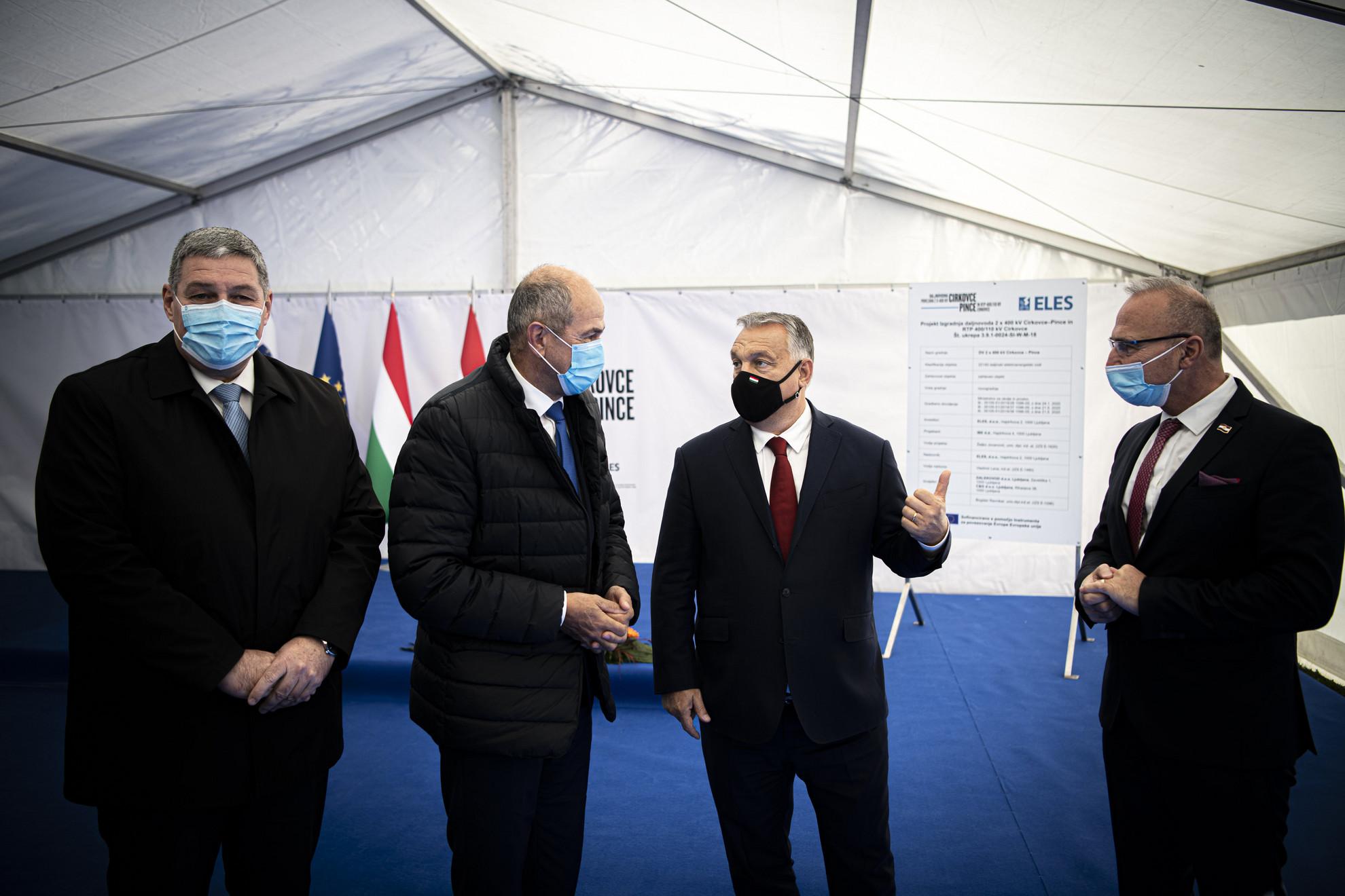Orbán Viktor magyar (j2) és Janez Jansa szlovén miniszterelnök (b2) a 2 x 400 kV-os Cirkovce-Pince távvezeték alapkőletételén Kidričevóban