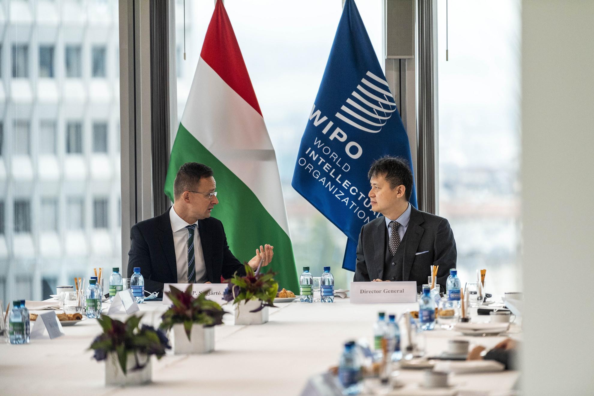 A Külgazdasági és Külügyminisztérium (KKM) által közreadott képen Szijjártó Péter külgazdasági és külügyminiszter (b) és Daren Tang, a WIPO (Szellemi Tulajdon Világszervezete) főigazgatója (j) megbeszélést folytat Genfben