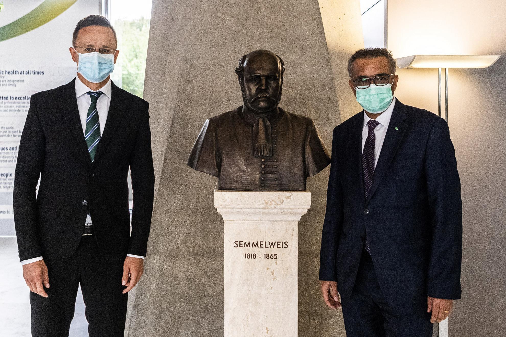 A Külgazdasági és Külügyminisztérium (KKM) által közreadott képen Szijjártó Péter külgazdasági és külügyminiszter (b) és Tedrosz Adhanom Gebrejeszusz, az Egészségügyi Világszervezet (WHO) etióp főigazgatója (j) Genfben, az Egészségügyi Világszervezet épületében lévő Semmelweis Ignác-szobornál találkozójukon