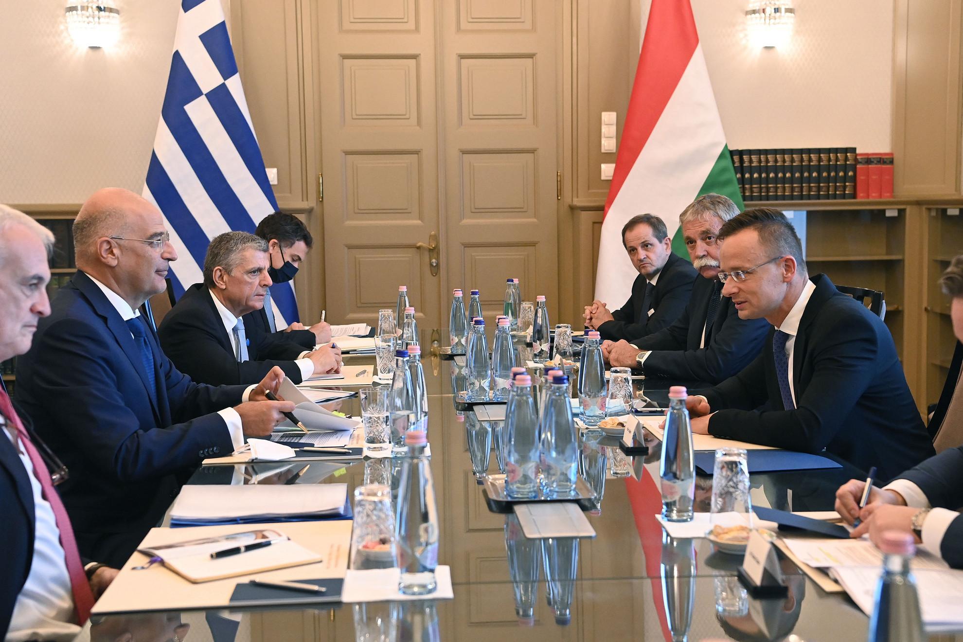 Szijjártó Péter külgazdasági és külügyminiszter (j) és Níkosz Déndiasz görög külügyminiszter (b2) tárgyal a Külgazdasági és Külügyminisztériumban 2020. október 2-án