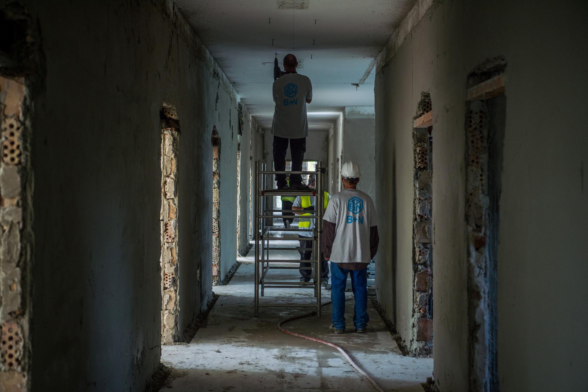 Felújítási munkálatok az Országos Korányi Pulmonológiai Intézet új intenzív osztályán a fővárosban 2020. október 2-án