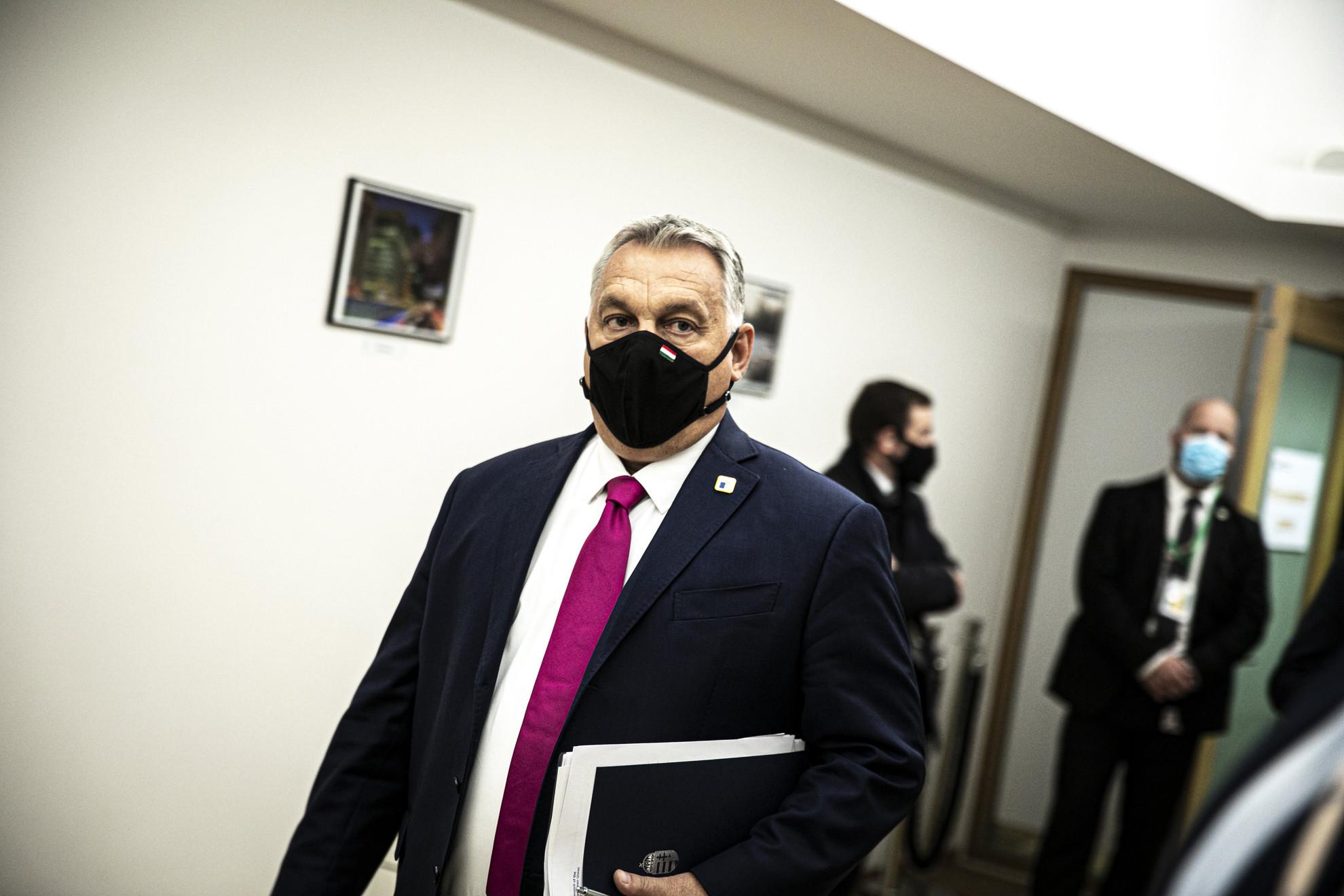 Orbán Viktor miniszterelnök (k) az Európai Unió kétnapos brüsszeli csúcstalálkozójának első napi ülésére érkezik 2020. október 15-én