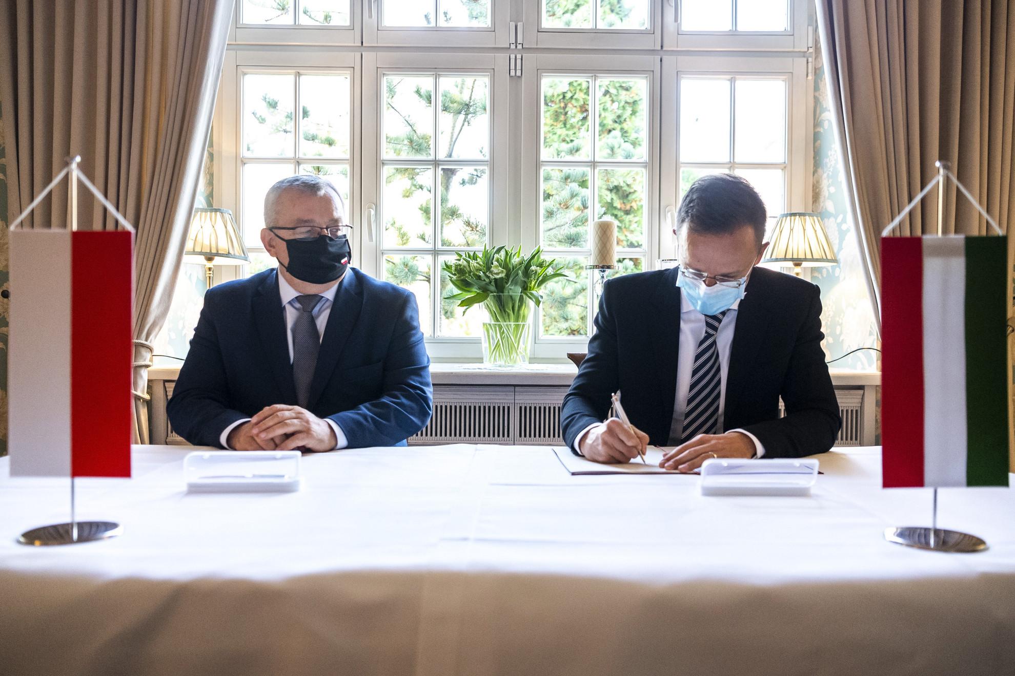Szijjártó Péter külgazdasági és külügyminiszter (j) és Zbigniew Rau lengyel külügyminiszter találkozója Varsóban 2020. október 22-én