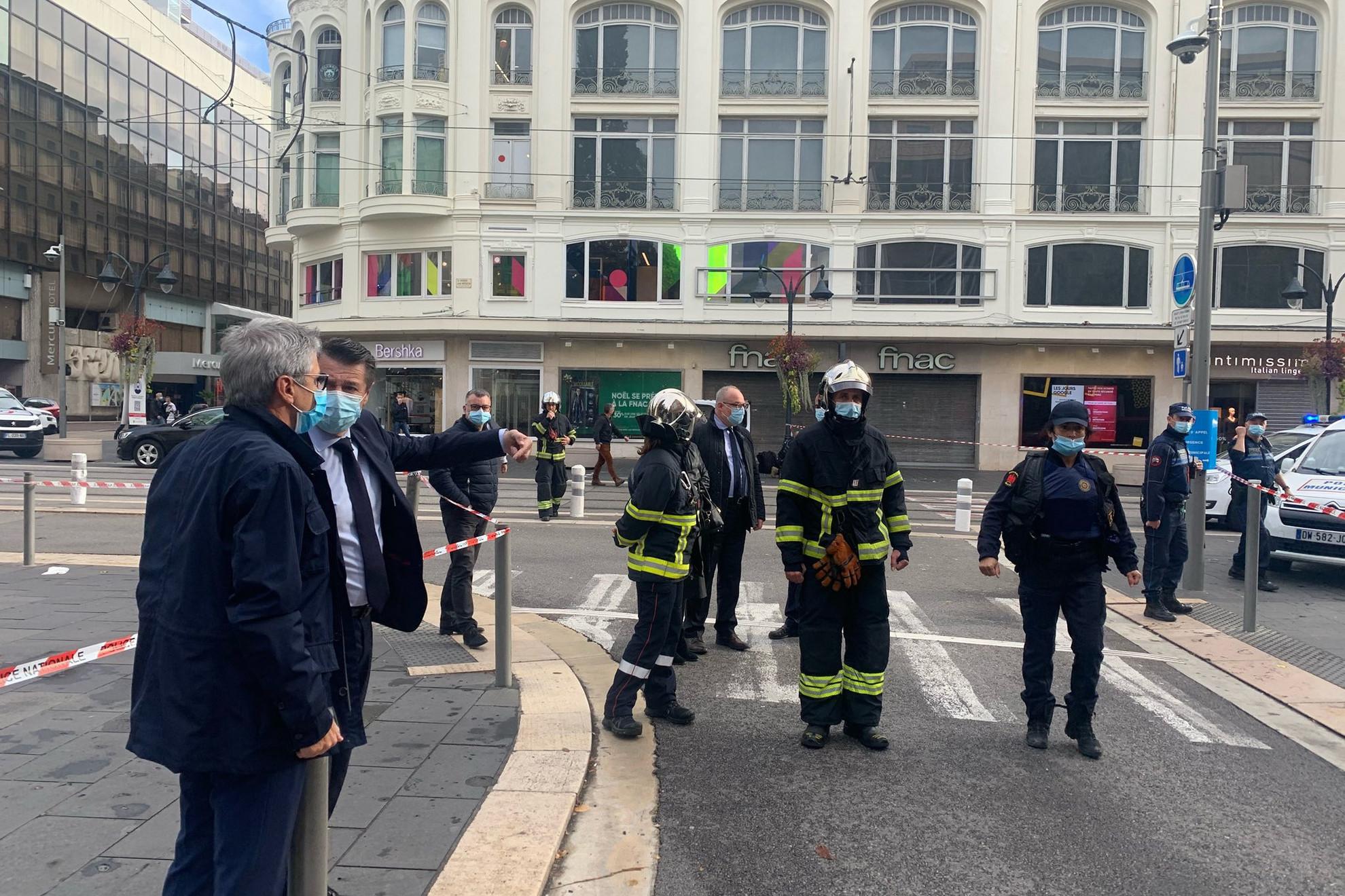 Nice polgármester, Christian Estrosi (balról a második, maszkban) is a helyszínre sietett, hogy tájékozódjon a történtekről