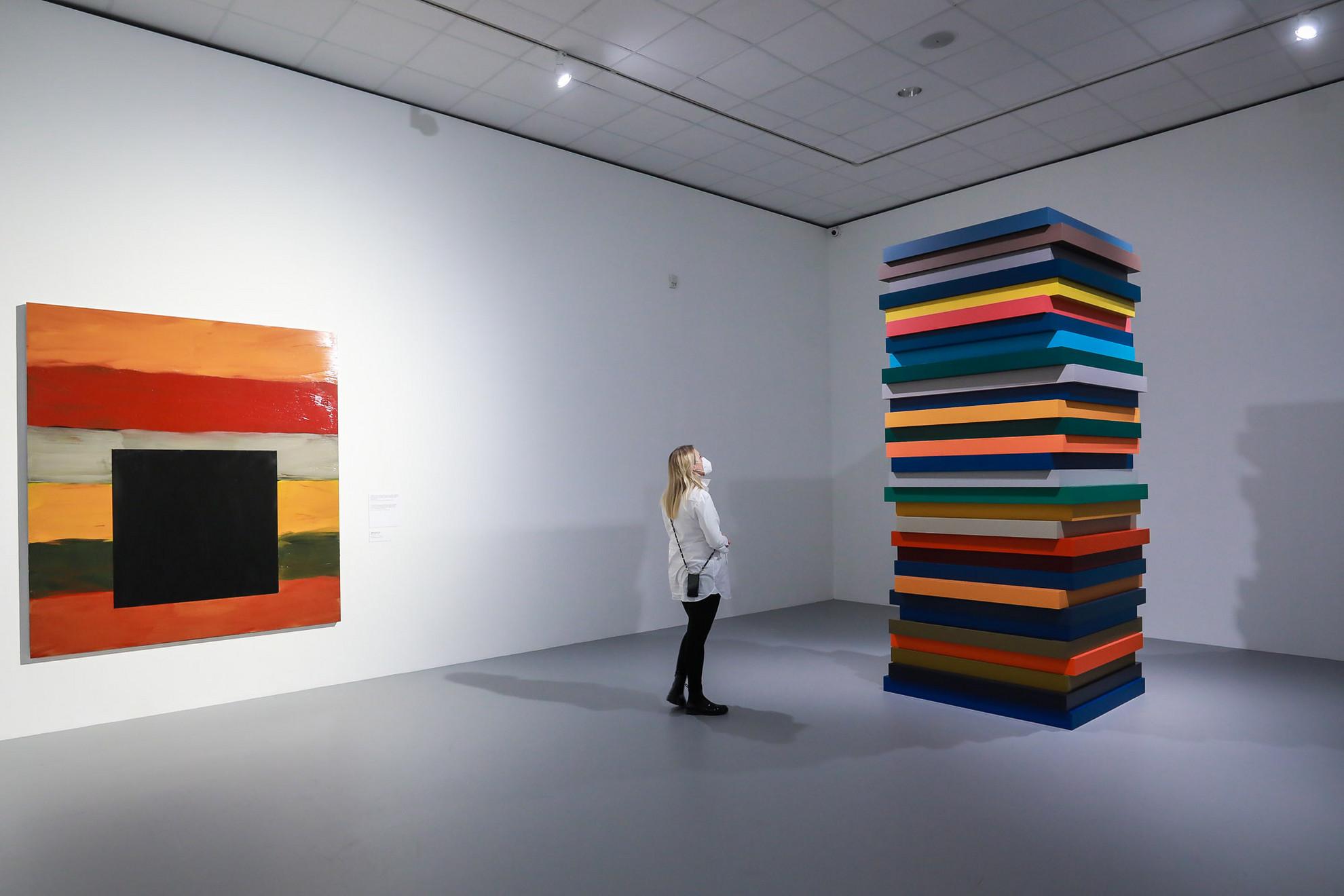 A tárlat átfogó módon, csaknem száztíz alkotáson keresztül mutatja be az absztrakt festészet egyik legnagyobb élő alakjának életművét a CAFe Budapest Kortárs Művészeti Fesztivál keretében